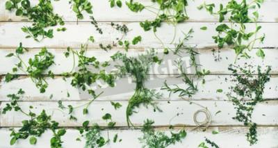 Fototapet Plattform av olika färska gröna örter. Persilja, mint, dill, koriander, rosmarin, timjan över rustik vit träbakgrund, toppvy, bred komposition. Hälsosamt Vegansk matlagningskoncept