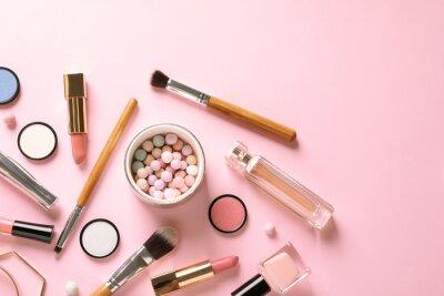 Fototapet Plattlågsammansättning med produkter för dekorativ smink på pastellrosa bakgrund
