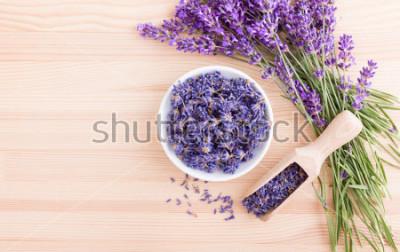 Fototapet Porslinskål med torkade lavendelblommor och bukett med lavendel