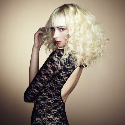 Fototapet Porträtt av vacker ung blond flicka i svart klänning