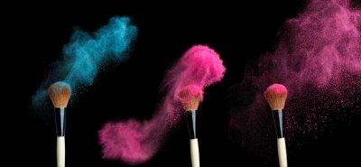 Fototapet powderbrush på svart bakgrund med blått pulver stänk