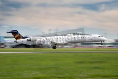 Fototapet Prag, Tjeckien - 13 maj: Eurowings Bombardier CRJ-900 NG landar på PRG flygplats den 13 maj, är 2015. Eurowings en tysk lågprisbolag baserat i Dsseldorf.