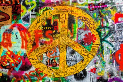 Fototapet Prag, Tjeckien - 21 maj 2015: Fredstecken på berömda John Lennon Wall på Kampa Island i Prag fylld med Beatles inspirerade graffiti och texter sedan 1980-talet.