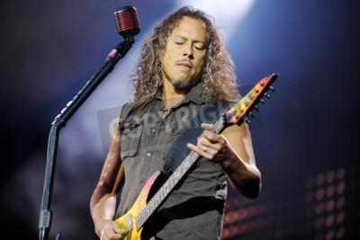 Fototapet PRAGUE, TJECKISKA REPUBLIKEN - 7 MAJ 2012: Gitarrist Kirk Hammett av Metallica Under en prestation i Prag, Tjeckien, 7 maj 2012.