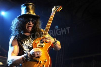 Fototapet PRAGUE, TJECKISKA REPUBLIKEN - FEBRUARI 11, 2013: Den legendariska brittiska gitarristen Saul Hudson aka Slash Under en prestation i Prag, Tjeckien den 11 februari 2013.