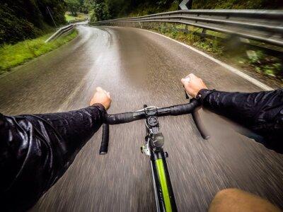 Fototapet ragazzo i bicicletta con la pioggia. POV ursprungliga synpunkt