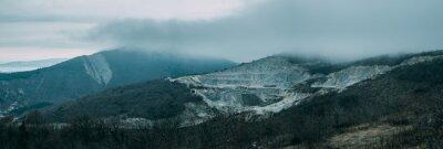 Fototapet Regniga molnen ovanför bergsryggen