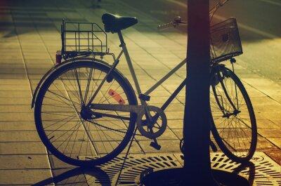 Fototapet Retro cykel på gatan