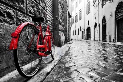 Fototapet Retro vintage röd cykel på kullerstensgata i gamla stan. Färg i svart och vitt