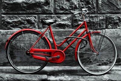 Fototapet Retro vintage röd cykel på svart och vit vägg.