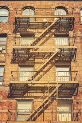 Fototapet Retrostil bild av byggnaden med brandstegen stegar, NYC.