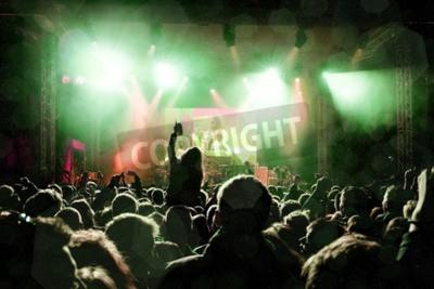 Fototapet Rockkoncert, silhuetter av glada människor som lyfter upp händer