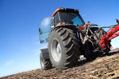 Fototapet Röd traktor med plog