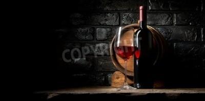 Fototapet Rödvin på en bakgrund av gamla svart tegel