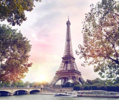 Fototapet Romantisk solnedgång bakgrund. Eiffeltornet med båtar på floden Seine i Paris, Frankrike.