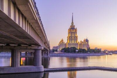 Fototapet Rosa solnedgång på hotellet Ukraina i Moskva natt