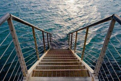 Fototapet Rostig trappa till det djupa havet