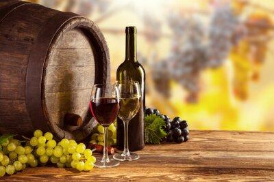 Fototapet Rött och vitt vin flaska och glas på wodden fat