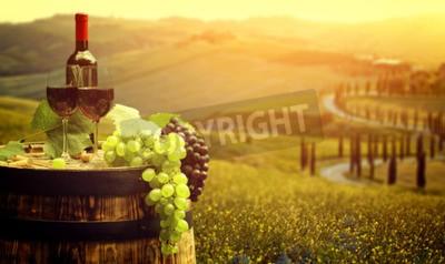 Fototapet Rött vin med fat på vingård i grönt Toscana, Italien