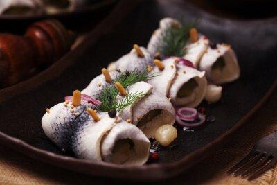 Fototapet Rullade sill i ättika, serveras med lök och pickles.