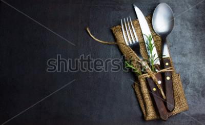 Fototapet Rustik vintage uppsättning bestick kniv, sked, gaff. Svart bakgrund. Toppvy