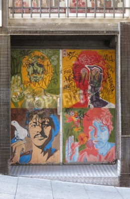 Fototapet SALAMANCA, SPANIEN - CIRCA JUNI 2015: Beatles popkonstporträtt av Richard Avedon (1967), reproducerad på en nattklubbsdörr med graffiti