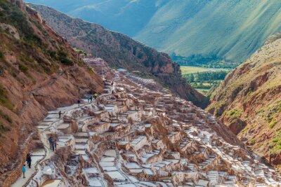 Fototapet Salinas, PERU - 21 maj 2015: Turister besöker salt utvinning kokkärl (Salinas) i Heliga dal Inkas, Peru