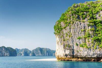 Fototapet Scenic Karst torn-ön och vitt vilda stranden i Ha Long Bay