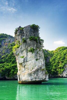 Fototapet Scenic sten pelare och azurblått vatten i Ha Long Bay, Vietnam