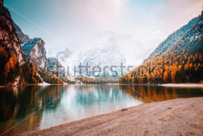 Fototapet Scenisk bild av alpina sjön Braies (Pragser Wildsee). Platser plats Dolomiti nationalpark Fanes-Sennes-Braies, Italien, Europa. Stor bild av vild. Utforska jordens skönhet. Turism koncept.