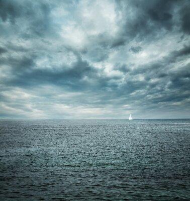 Fototapet Segelbåt på stormigt hav. Mörk bakgrund.