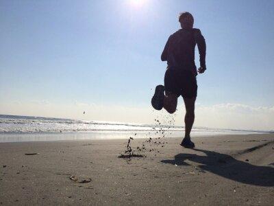 Fototapet Silhoette av man kör på stranden