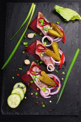Fototapet sill aptitretare med rödbetor och saltgurka på svart skiffer ombord