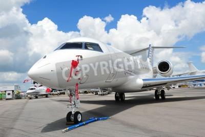 Fototapet SINGAPORE - 12 februari Framför ett Qatar Executive Bombardier Global 5000 affärsjet på Singapore Airshow 12 februari 2012 i Singapore