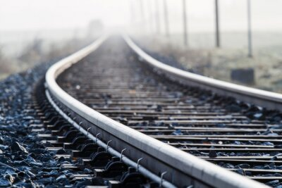 Fototapet Single Track Järnvägslinjen i morgondimma