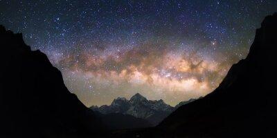 Fototapet Skål himmel. Ljusa och levande Vintergatan över snötäckta berg. Vackra stjärnfyllda natthimlen verkar vara i en