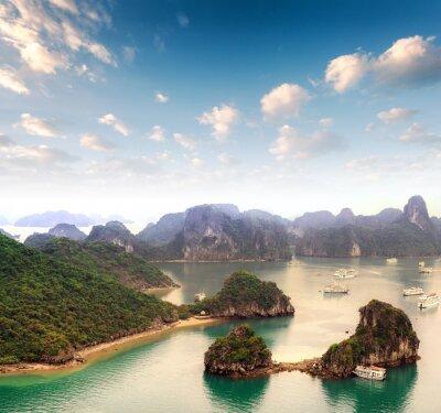 Fototapet Skärgård många öar i Halong Bay i Vietnam
