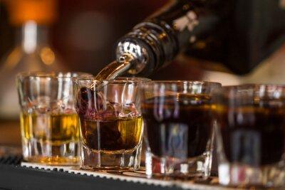 Fototapet Skott med whisky och liqquor i cocktailbar