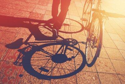 Fototapet Skugga på Pavement, Man Pushing Cykel