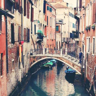 Fototapet Smal kanal och bron i Venedig, Italien