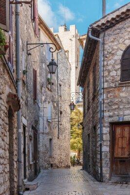 Fototapet Smal kullerstensgata i den gamla byn Vence, Frankrike.