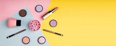 Fototapet Sminkprodukter och dekorativa kosmetika på färgbakgrundslägen. Fashion och skönhet blogging koncept. Långt webbformat för banner