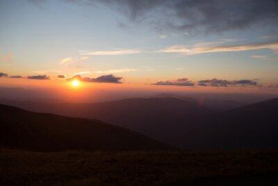 Fototapet solnedgång eller soluppgång i bergen