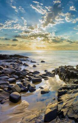 Fototapet Solnedgång på den steniga stranden