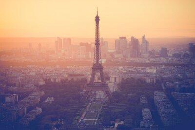Fototapet Solnedgång vid Eiffeltornet i Paris med vintage filter