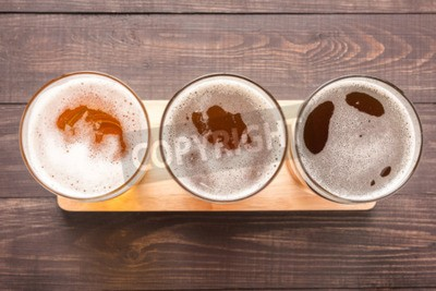 Fototapet Sortiment av öl glas på en trä bakgrund. Toppvy.