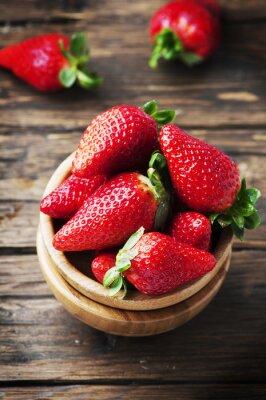 Fototapet Söt röd jordgubbe på träbordet