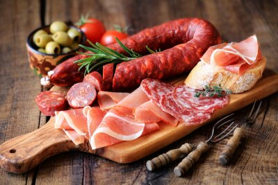 Fototapet Spanska tapas - chorizo, salsichon, serranoskinka, lomo och oliver