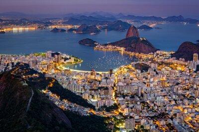 Fototapet Spektakulär Flygfoto över Rio de Janeiro, sett från Corcovado. Den berömda Sockertoppen sticker ut från Guanabara Bay
