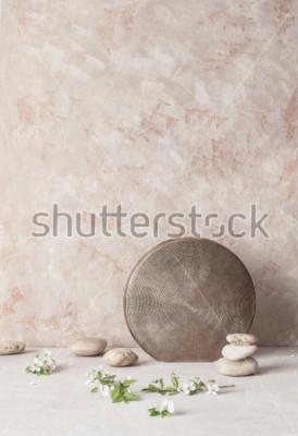 Fototapet Stilleben med blommor, stenar och präglad keramisk vas på texturerad vägg bakgrund i wabi-Sabi stil. Selektiv fokusering.